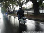 Circulando bajo la lluvia en la caravana por el día del niño del Kawa Club